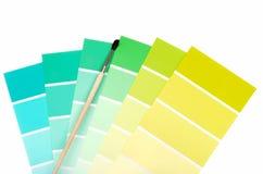 Póngase verde a las virutas azules del color con el cepillo de pintura Imágenes de archivo libres de regalías