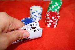 Póquer, cartões e microplaquetas imagem de stock