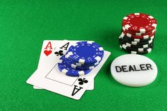 Póquer - um par de ás com microplaquetas 4 do póquer Fotografia de Stock