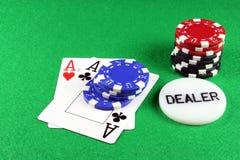 Póquer - um par de ás com microplaquetas 5 do póquer Fotos de Stock Royalty Free