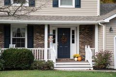 Pórche de entrada del hogar resedential con las decoraciones del otoño Fotos de archivo libres de regalías