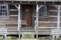 Pórche de entrada de la cabaña de madera fotos de archivo