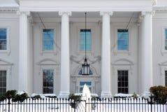 Pórtico blanco de la casa en invierno Imagen de archivo