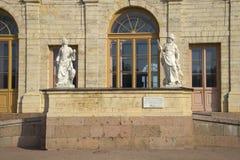 Pórtico con dos esculturas antiguas Un fragmento grande del palacio de Gatchina Foto de archivo libre de regalías