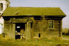 Pórtico de la casa de madera vacía en el pueblo ruso Imagen de archivo