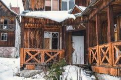 Pórtico de la casa de madera destruida vieja en las montañas Foto de archivo libre de regalías