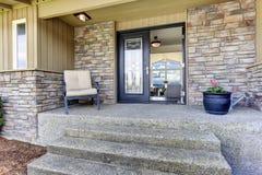 Pórtico de la entrada de la casa con el ajuste de la pared de piedra Foto de archivo libre de regalías