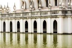 Pórtico de la pagoda tailandesa cerca de la charca Foto de archivo libre de regalías
