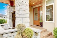 Pórtico de lujo de la entrada de la casa con el ajuste de piedra de la columna y w manchado Foto de archivo
