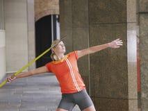 Pórtico de Throwing Javelin In del atleta de sexo femenino Foto de archivo