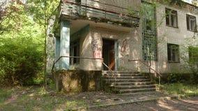 Pórtico de una casa abandonada Tiro liso y lento del carro almacen de metraje de vídeo