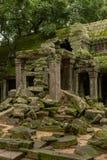 Pórtico do templo arruinado obstruído por rochas caídas fotografia de stock