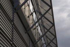 Pórtico en la fachada del metal de un edificio del negocio Imágenes de archivo libres de regalías