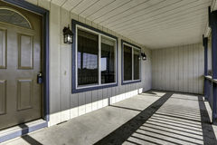 Pórtico grande de la entrada con el piso concreto Imágenes de archivo libres de regalías
