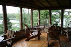 Pórtico rústico de la cabina con la opinión del lago Imágenes de archivo libres de regalías