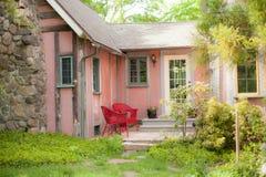 Pórtico rosado de la cabaña fotos de archivo libres de regalías