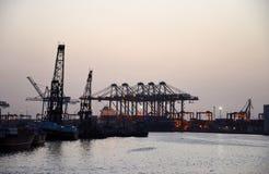 Pórticos Karachi Paquistán de la grúa del puerto y del puerto Imagenes de archivo