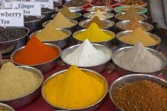 Pós coloridos brilhantes indianos da especiaria em uns copos do metal no contador imagens de stock royalty free