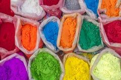 Pós coloridos muito brilhantes de uma pintura nos sacos para a festa de Diwali santamente fotografia de stock royalty free