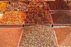 Pós e sementes coloridos brilhantes indianos da especiaria em bandejas quadradas do metal no contador fotos de stock