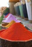 Pós naturais das tinturas, os coloridos e os vibrantes do pigmento em uns potenciômetros de madeira Fotografia de Stock Royalty Free