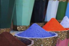Pós naturais das tinturas, os coloridos e os vibrantes do pigmento em uns potenciômetros de madeira Foto de Stock