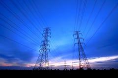 Pôles électriques sous le crépuscule, Thaïlande Photographie stock libre de droits