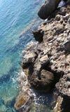 Pôles de pêche sur des roches Photos libres de droits