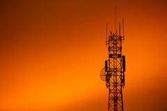 Pôles de téléphone au-dessus de coucher du soleil Images stock