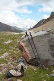 Pôles de trekking et les chaussures Images libres de droits
