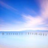 Pôles et eau molle sur l'horizontal de mer. Longue exposition. Images stock