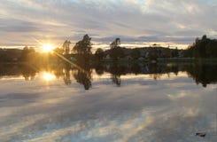Pôr-do-sol pelo lago Imagem de Stock Royalty Free