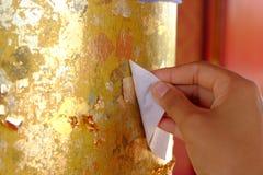 põe alguma folha de ouro no objeto sagrado Fotos de Stock