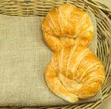 Põe manteiga o croissant na textura do saco de gunny na cesta de vime Fotografia de Stock