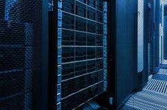 Põe o armazenamento de disco no centro de dados com profundidade de campo no tom fresco Foto de Stock