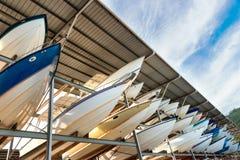 Põe o porto protegido barcos da facilidade de estacionamento em Trinidad foto de stock