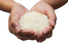Põe uma colher do arroz à mão Fotos de Stock Royalty Free