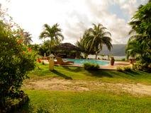 Pöl i hotell på den tropiska strandsemesterorten Royaltyfri Foto
