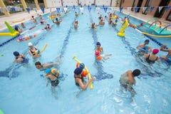 Pöl med barn och föräldrar i spela för vatten lyckan för farmor för sondotter för åldrig begreppsfamilj föreställer den roliga he Royaltyfri Fotografi