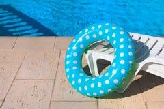 Pöl med den uppblåsbara blåa cirkeln royaltyfria bilder