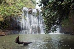 Pöl på grunden av den KaChanh vattenfallet i torr säsong arkivfoto