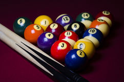PölBilliardbollar på den röda filttabellen Royaltyfri Foto