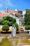 Pölen med statyer i Mutamid parkerar, Silves, Portugal arkivfoto