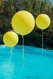 Pölen med stor guling sväller utomhus- Poolsideparti Ballongerna på vatten Garneringar för bröllopceremoni arkivbilder