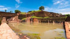 Pölen på Sigiriya vaggar templet Royaltyfri Fotografi
