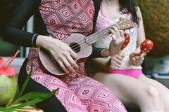 Pölpartiet, lyckliga kvinnor tycker om att spela musikinstrumentet av simbassängen royaltyfri foto
