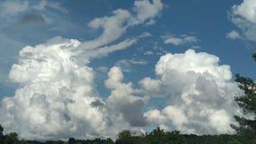 Pösiga moln efter en storm royaltyfri bild