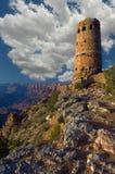 Pösiga vita moln dröja sig kvar ovanför watchtoweren i den Grand Canyon nationalparken royaltyfri bild