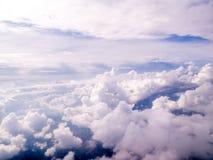 Pösiga vitmoln och himmel, skott från luften Arkivfoton