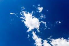 Pösigt vitt moln på mörker - blå himmel Arkivfoto